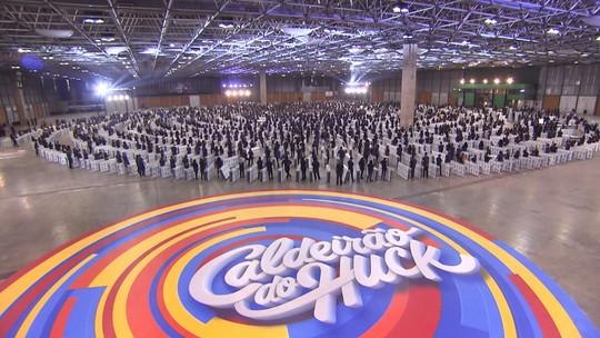Internet vai ao chão com recorde de dominó humano com colchões batido pelo 'Caldeirão'