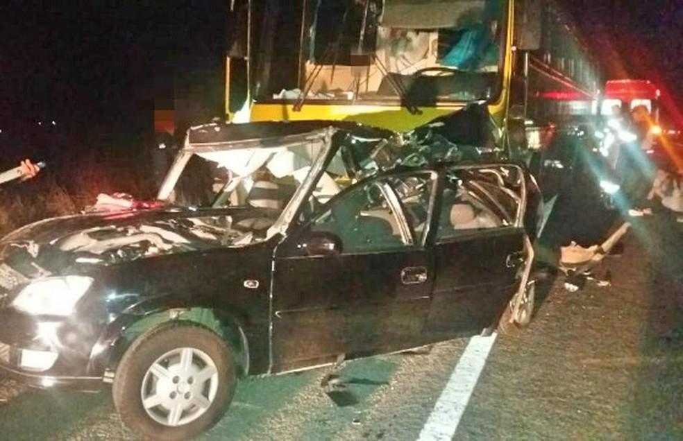 Carro em que o casal estava ficou destruído após colidir contra um ônibus na BR-423, em Garanhuns (Foto: PRF/Divulgação)