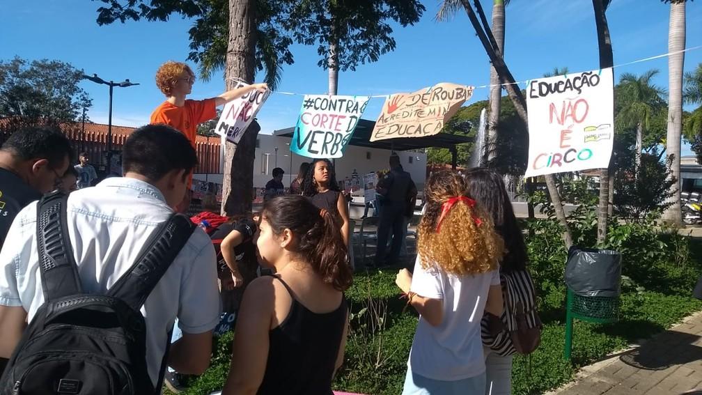 Salto (SP) - Protesto contra bloqueios na educação — Foto: Carolina Abelin/TV TEM