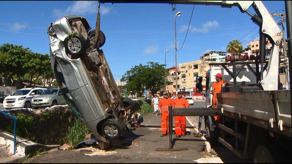 Carro foi retirado da vala por volta das 9h (Foto: Reprodução/TV Bahia)
