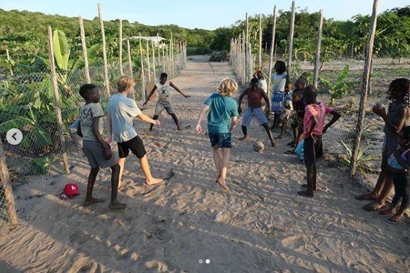 Luciano Huck mostra os filhos, Benício e Joaquim, jogando bola em Moçambique (Foto: Reprodução / Instagram)