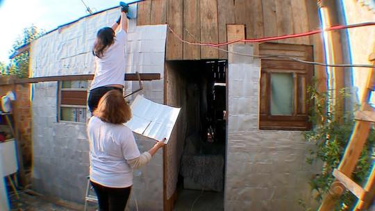 Grupo de voluntárias de Pelotas se une para reforçar residências da população de baixa renda durante o inverno