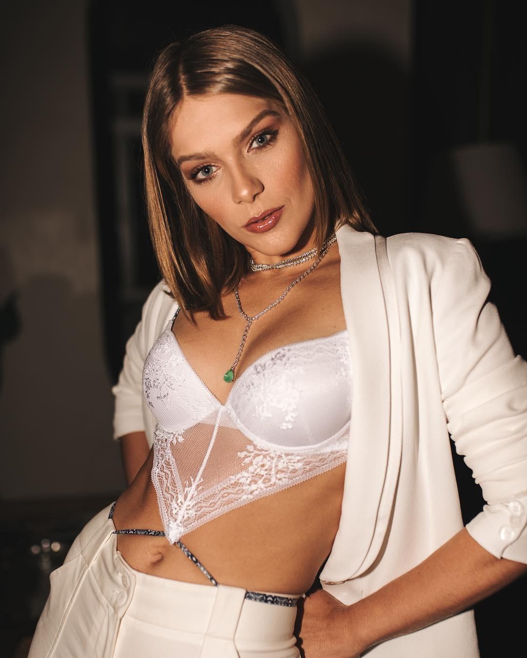 """A atriz, que namora o surfista Caio Vaz, diz que para uma noite especial escolhe lingerie preta """"é uma cor sóbria e sexy"""" (Foto: Reprodução / Instagram)"""