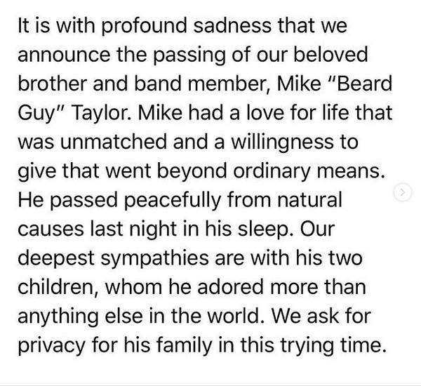 O texto no qual os membros da banda Walk Off The Earth anunciaram a morte do pianista Mike Beard Guy Taylor (Foto: Instagram)