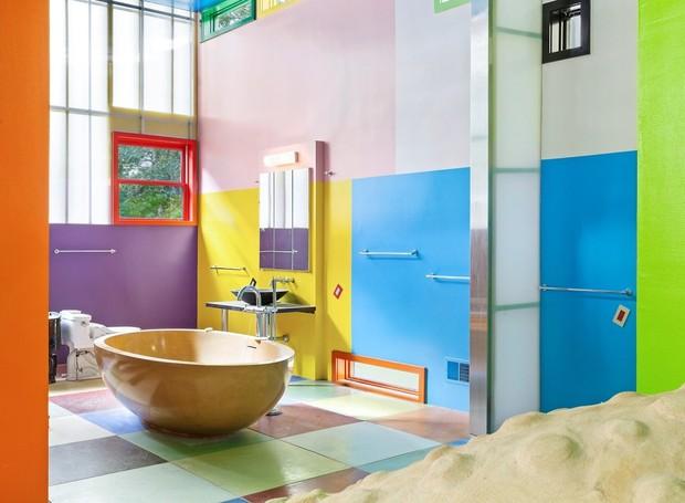 O banheiro recebe luz natural das janelas e conta com uma banheira centralizada (Foto: Brown Harris Stevens/ Reprodução)