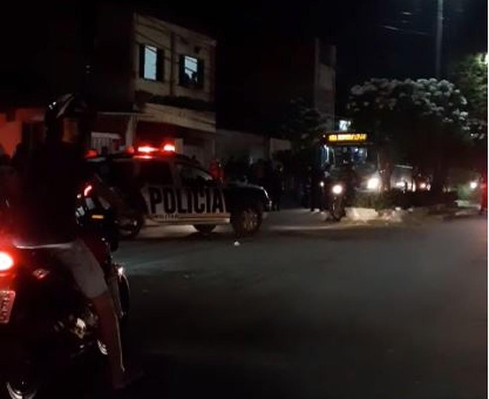 Grupo tenta depredar ônibus, mas é impedido por policiais que estavam dentro do veículo, em Fortaleza. — Foto: Reprodução