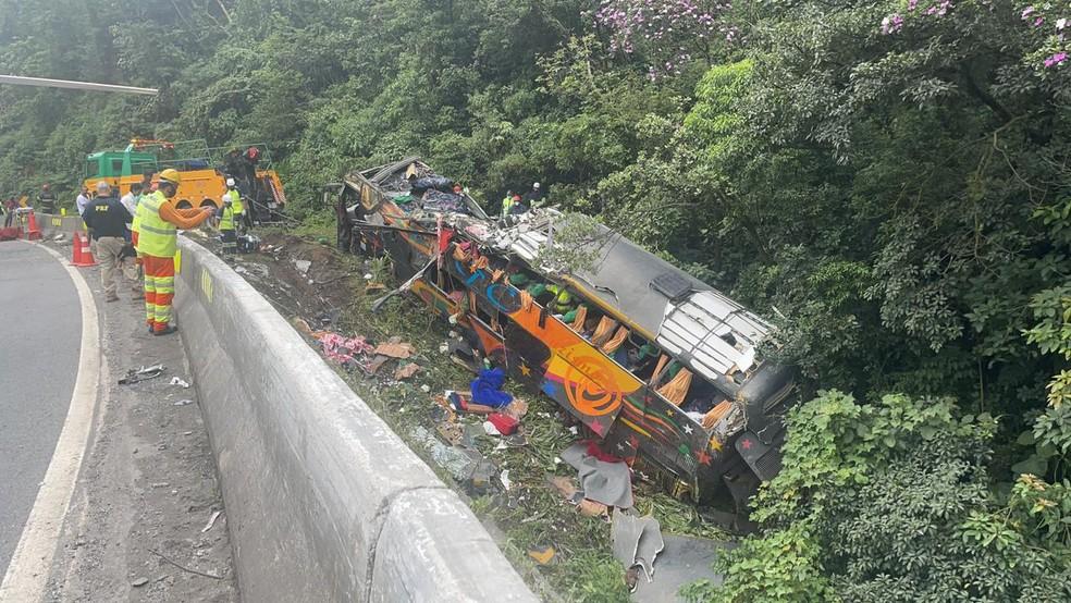 Ônibus saiu da pista e tombou, em Guaratuba — Foto: Arquivo pessoal/Juliano Neitzke