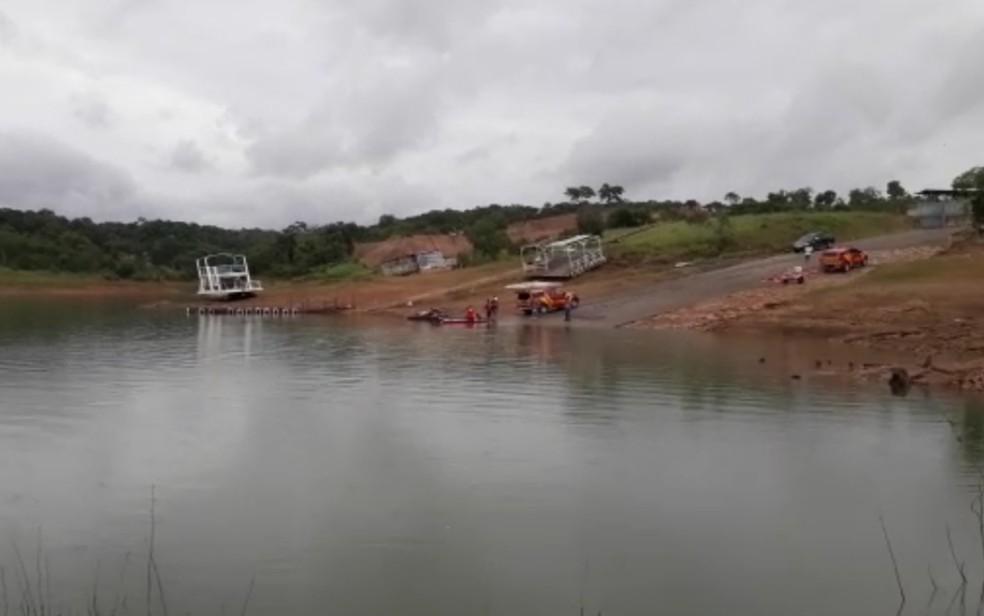 Corpo de Bombeiros durante resgate após helicóptero cair no Lago Corumbá, em Caldas Novas, Goiás — Foto: Reprodução/TV Anhanguera