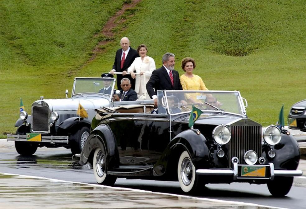 Luiz Inácio Lula da Silva e a primeira-dama Marisa Silva desfilam no Rolls-Royce na posse em 2007 — Foto: Agência Brasil