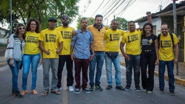 Integrantes da Frente Favela Brasil em Ibura, bairro pobre do Recife (Foto: Frente Favela Brasil via BBC)