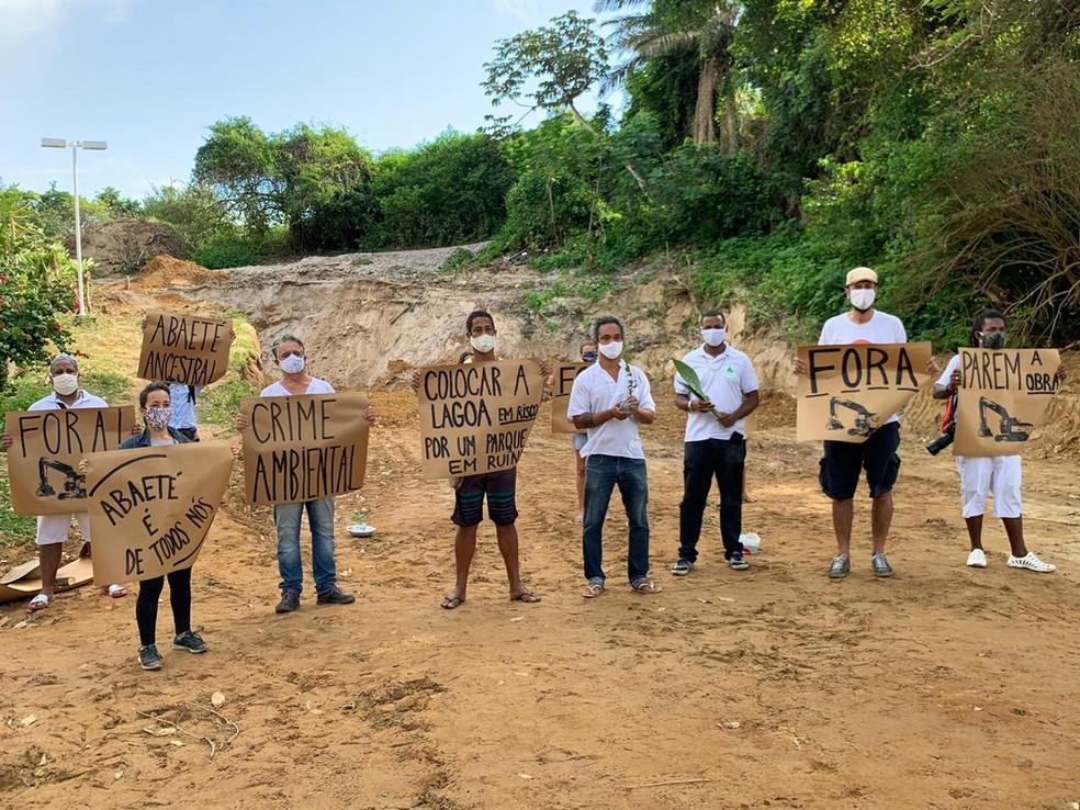 Moradores voltam a protestar contra construção de estação de esgoto às margens da Lagoa do Abaeté, em Salvador — Foto: Victor Silveira/TV Bahia