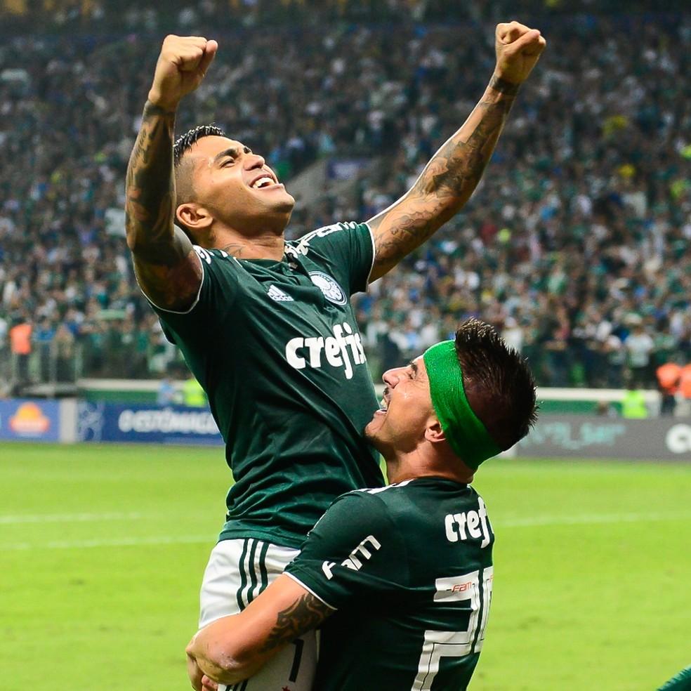 Dudu e Willian comemoram gol do Palmeiras — Foto: Renato Pizzutto/BP Filmes