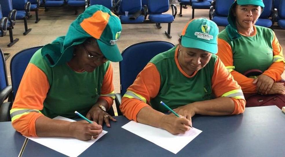 Projeto de alfabetização leva garis para a sala de aula no DF; na foto, as alunas Ana Rosa da Silva e Maria Lúcia da Silva — Foto: Maria Ferreira/G1