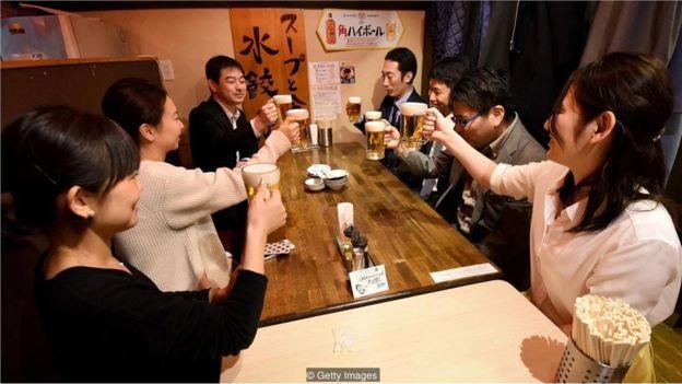 Trabalhadores em Tóquio saem às 15h na última sexta-feira do mês. Esse é um esquema chamado 'sextas premium', que quer melhorar o equilíbrio entre trabalho e vida pessoal (Foto: GETTY IMAGES/BBC)