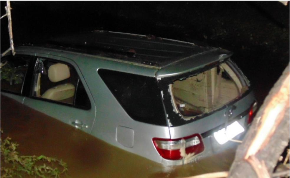 Carro em que as vítimas estavam foi arrastado pela correnteza em Jataúba (Foto: Estação Notícias/Divulgação)
