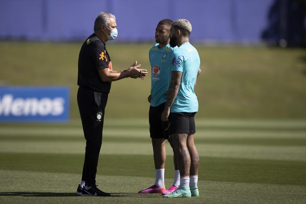 Tite conversa com Gabigol e Gabriel Jesus em treino — Foto: Lucas Figueiredo / CBF