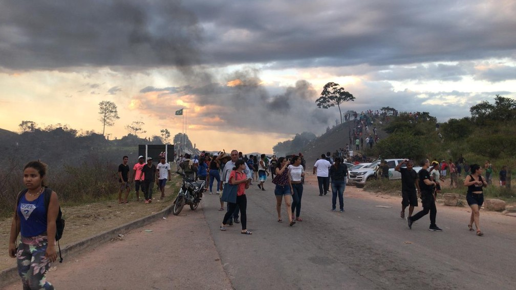 Polícia brasileira orienta manifestantes a retornarem para o lado brasieiro em conflito na fronteira com a Venezuela — Foto: Alan Chaves/G1 RR