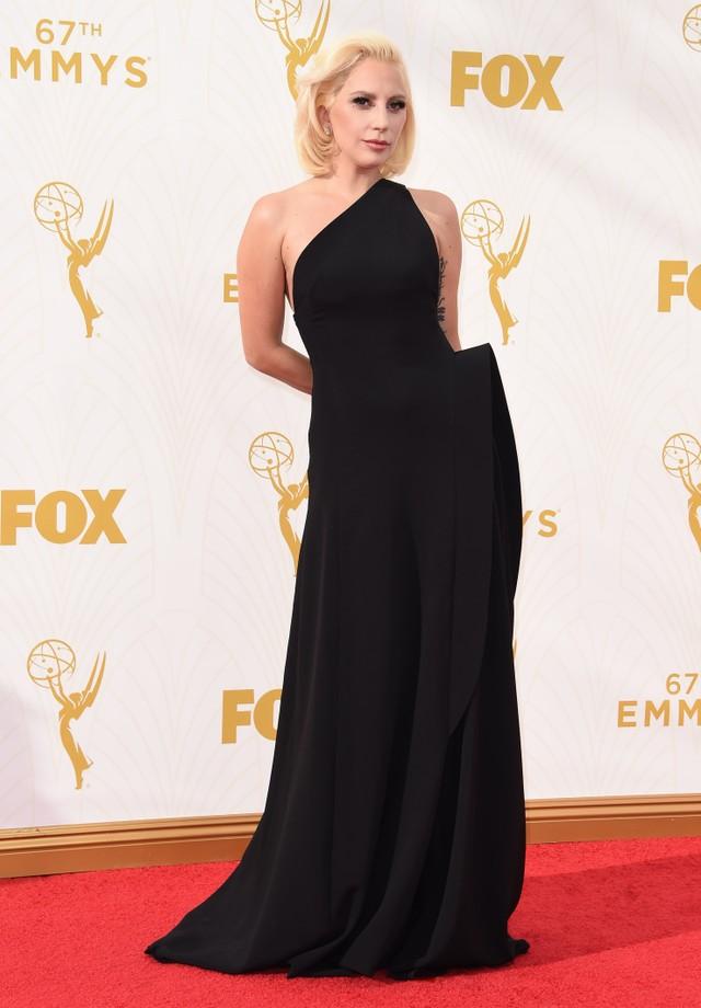 Lady Gaga no Emmy de 2015, de Brandon Maxwell. (Foto: Getty Images)