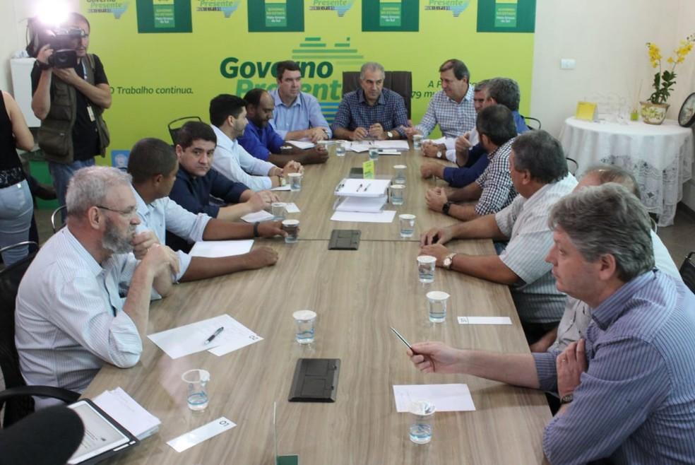 Governador Azambuja em reunião com prefeitos     Foto: Governo do Estado de MS/Reprodução