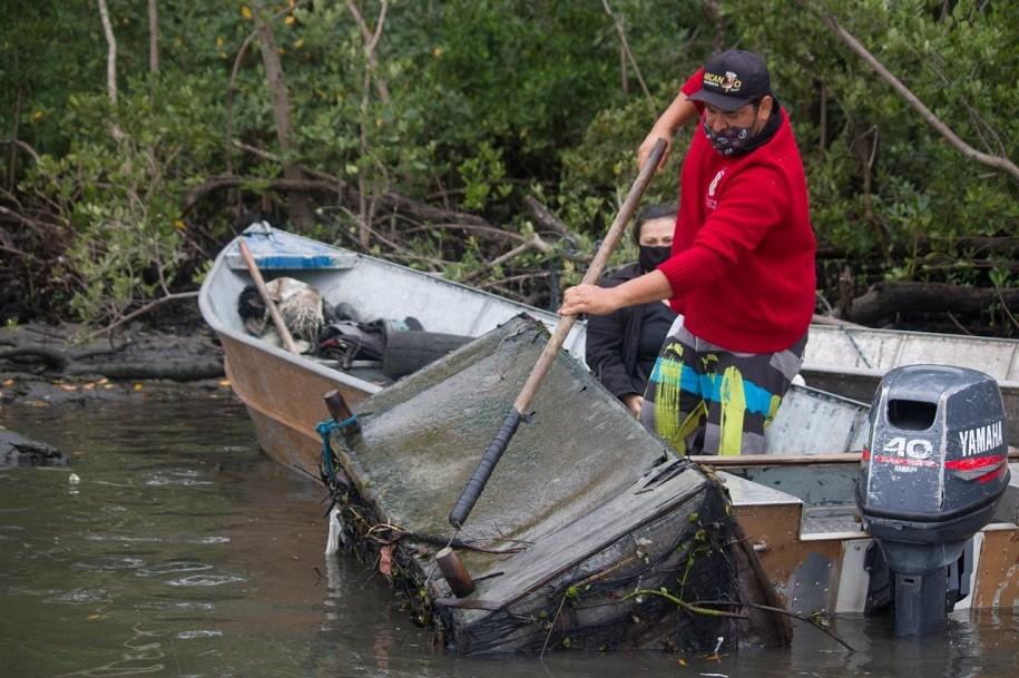 Sofás, TV, pneus e diversos resíduos são recolhidos de área de mangue no litoral de SP; VÍDEO
