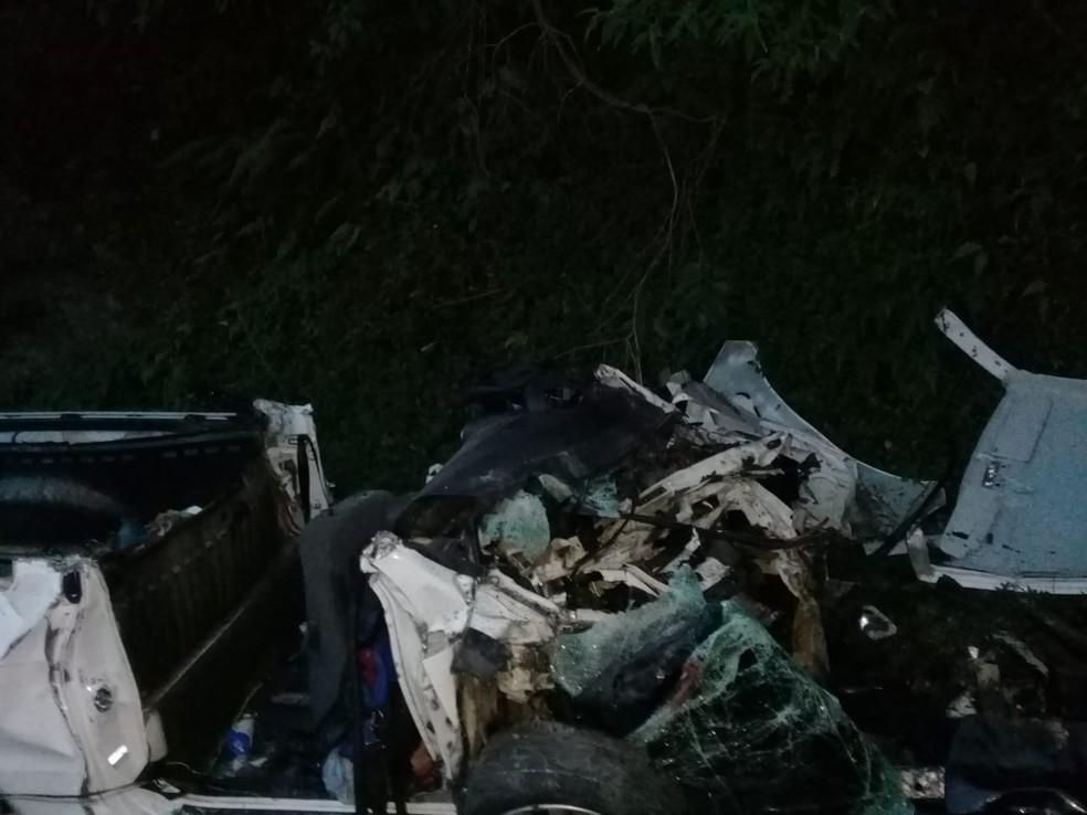 Carro ficou completamente destruído em colisão na BR-470 (Foto: CBVI/Divulgação)