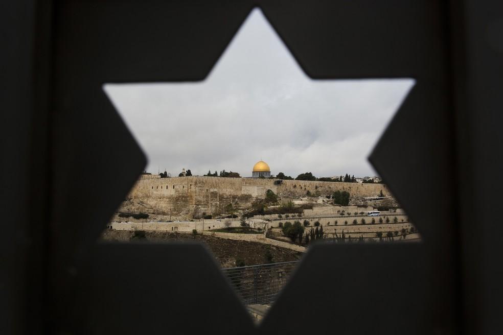 A Cidade Velha de Jerusalém é vista através de uma porta com a forma de estrela de Davi, em Jerusalém (Foto: Oded Balilty/AP)