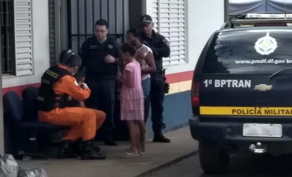 Bombeiros examinam bebê de 8 meses que se engasgou na Estrutural, no Distrito Federal (Foto: Polícia Militar/Divulgação)