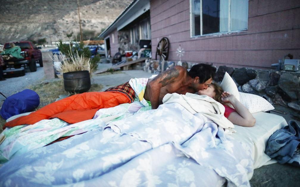 Americanos dormem fora de casa com medo de novos terremotos na Califórnia. A casa atrás da imagem foi considerada inabitável pelos Bombeiros devido aos danos estruturais causados pelo abalo sísmico de magnitude 7.8 na cidade de Trona. — Foto: Mario Tama/Getty Images North America/AFP