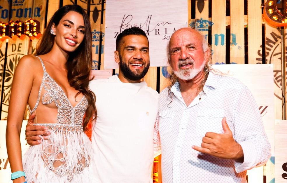 O casal Joana Sanz e Daniel Alves passou o final de ano com o pousadeiro José Maria Sultanum — Foto: Keila Castro/Divulgação