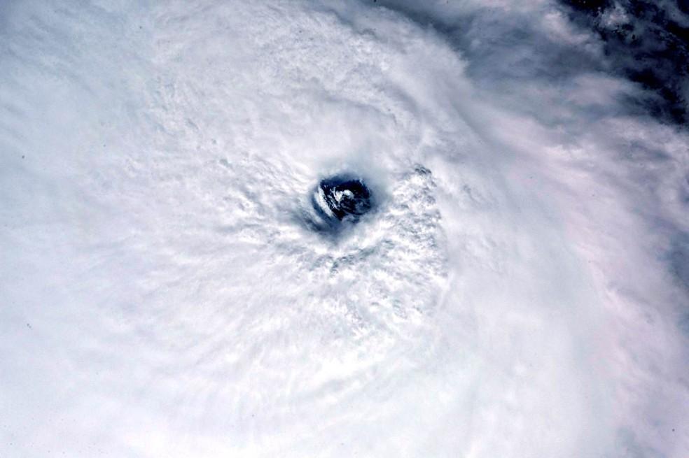 -  Imagem feita da Estação Espacial Internacional pelo astronauta italiano Paolo Nespoli mostra o olho do furacão José visto do espaço. Nespoli postou a