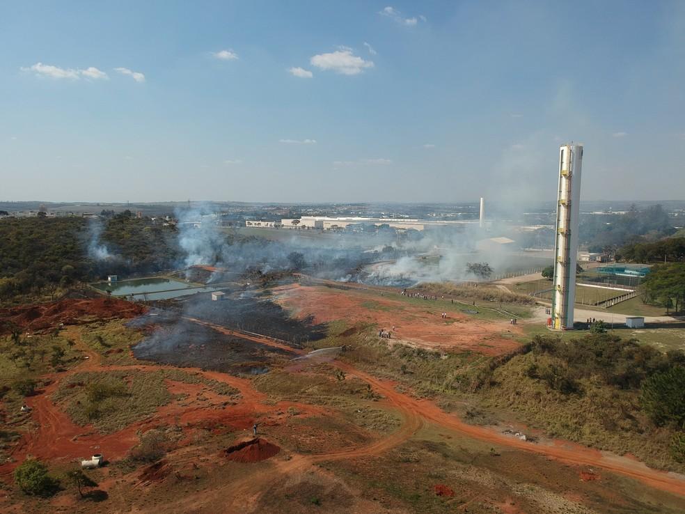 Incêndio atingiu terreno de antiga fábrica de baterias em Sorocaba — Foto: Witter Veloso/TV TEM