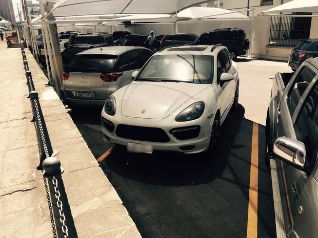 Porsche foi devolvido ao pátio da Justiça Federal na tarde desta terça (Foto: Henrique Coelho / G1)