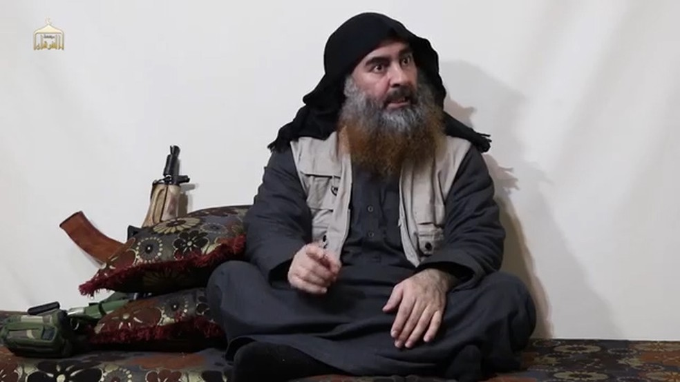 Abu Bakhr Al-Baghdadi em vídeo divulgado nesta segunda (29) — Foto: AFP/Al-Furqan