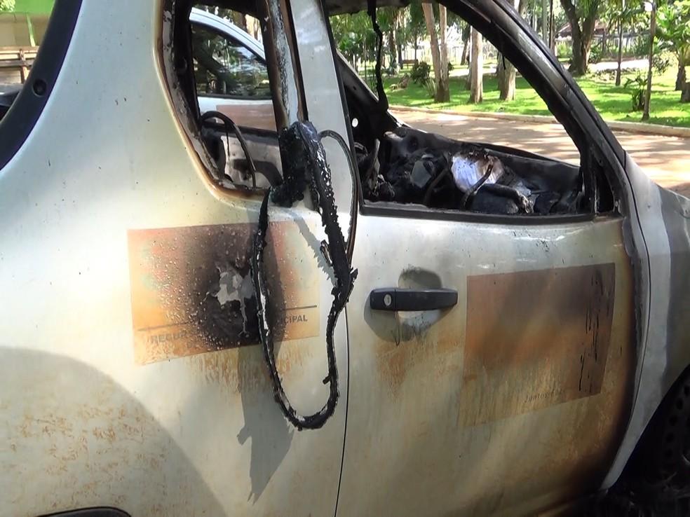 Veículo ficou destruído após incêndio — Foto: Rede Amazônica/Reprodução