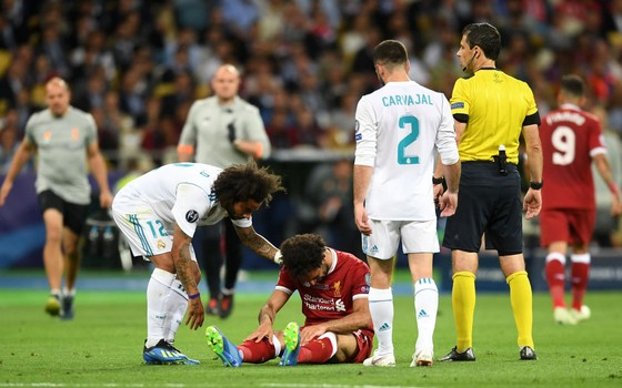 Marcelo consola Mohamed Salah. A saída precoce do egípcio, machucado, foi determinante para a história da final (Foto: Getty Images)