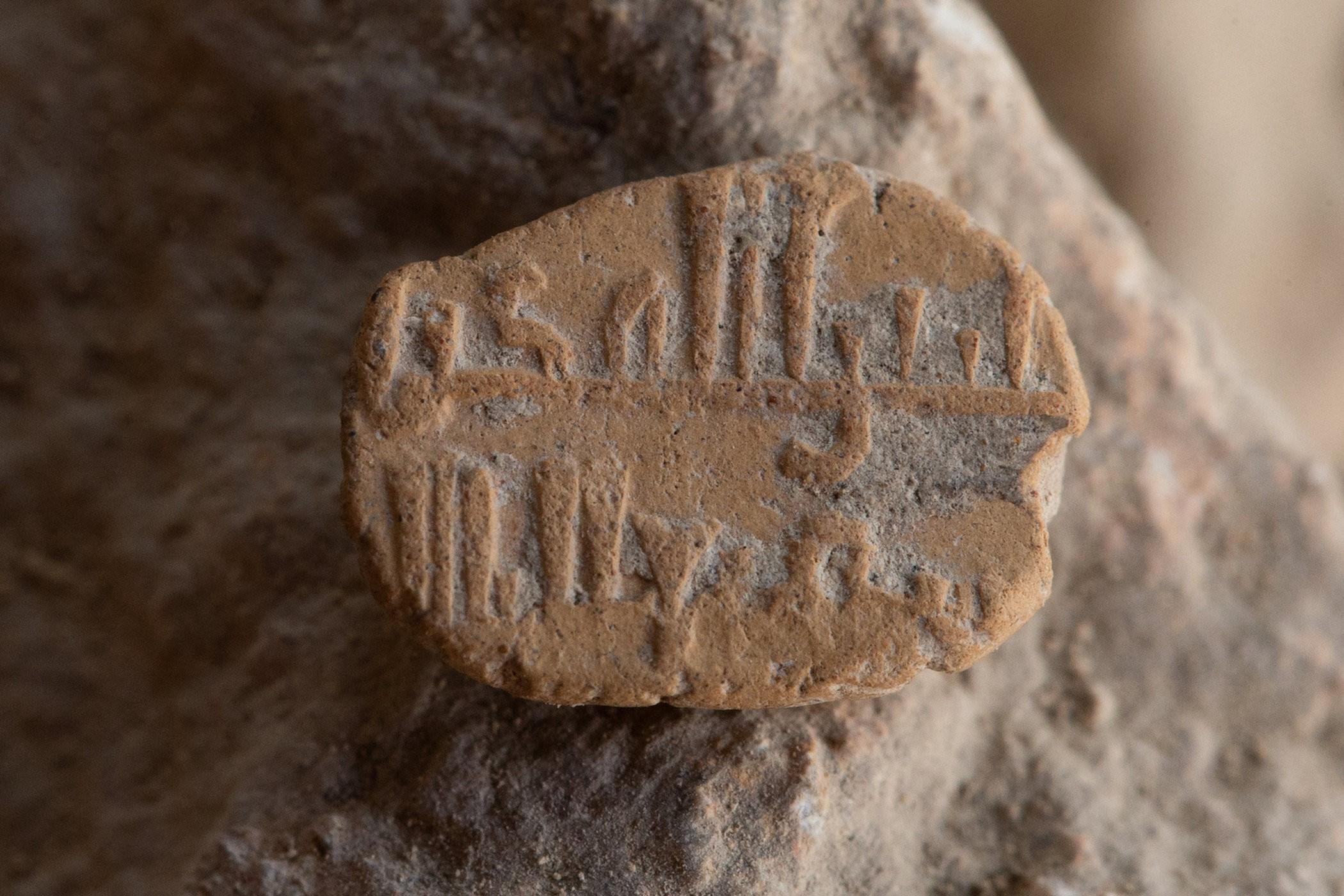 Amuleto de argila encontrado no em Jerusalém com inscrições típicas da dinastia Abássida. (Foto: Eliyahu Yanai/City of David Archives)