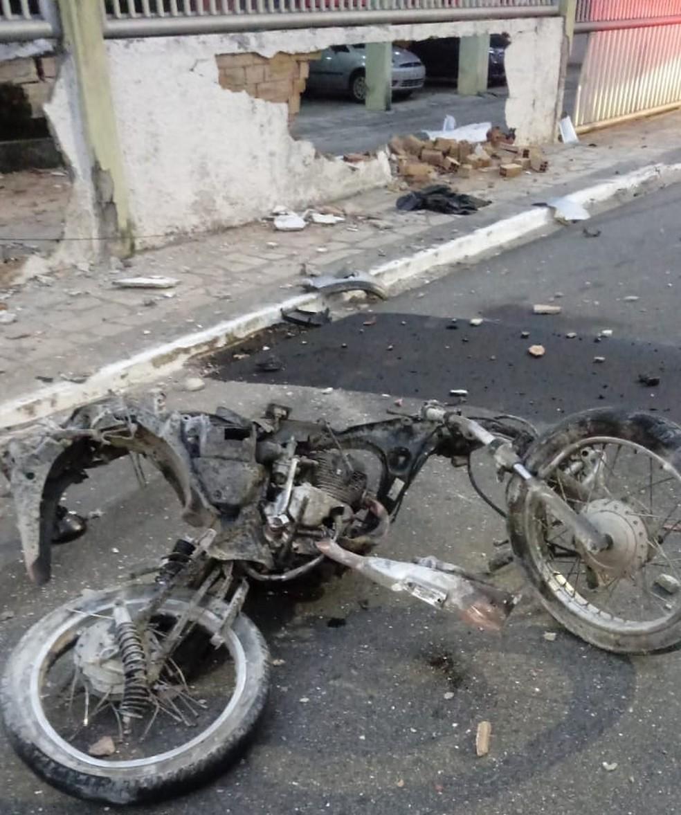 Com o impacto, o motociclista chegou a ser arremessado e a motocicleta teve destruição total. — Foto: Foto: Reprodução/TV Cabo Branco