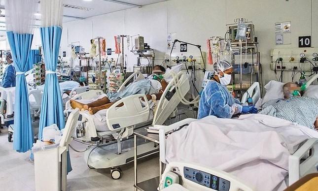 Pacientes com covid-19 são atendidos em hospital em São Paulo