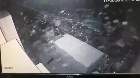 Assaltante despenca do forro ao invadir conveniência à noite para cometer furto em Cuiabá; veja vídeo