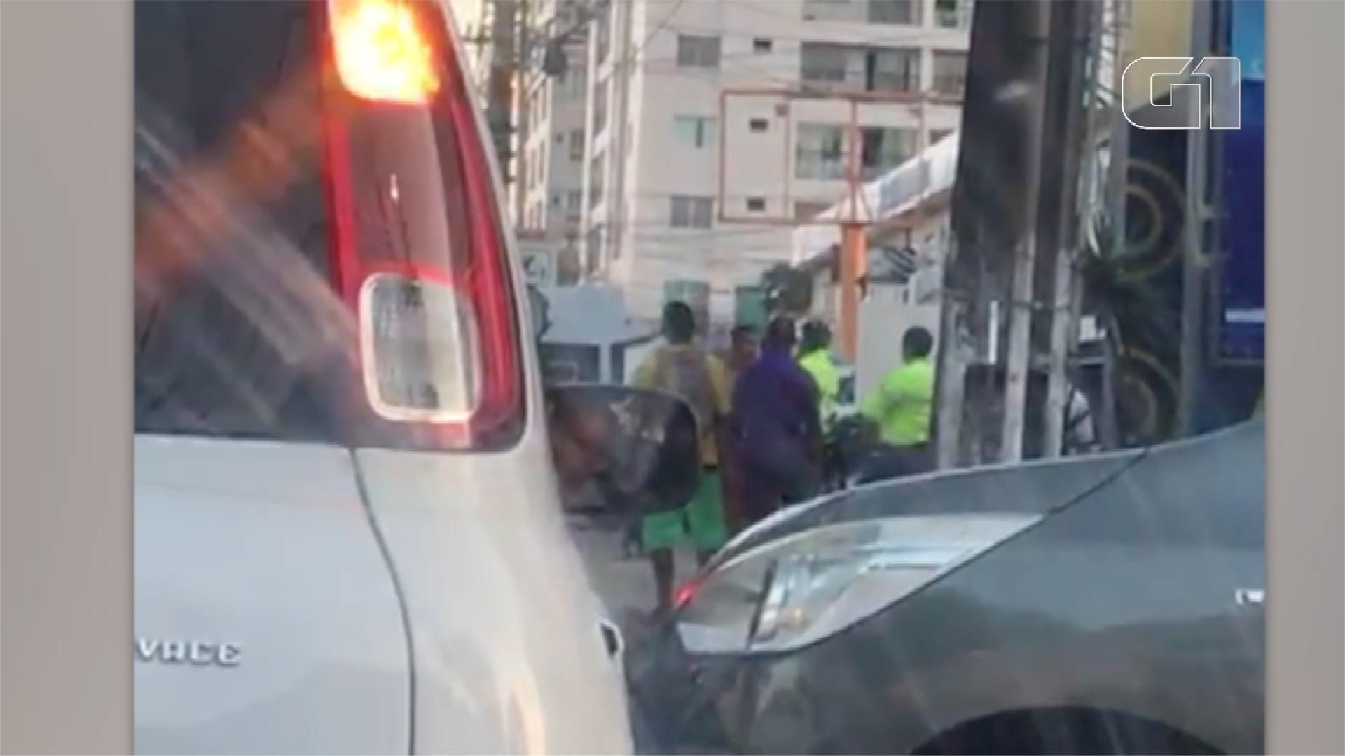 Vídeo mostra motorista agredindo agente de trânsito após ser multado em Natal - Notícias - Plantão Diário
