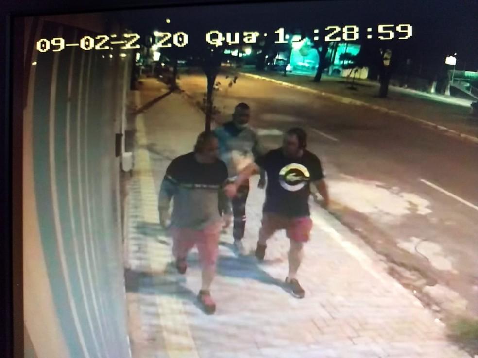 Jorge Mayck Tavares de Souza caminha com os dois suspeitos presos — Foto: Cedida
