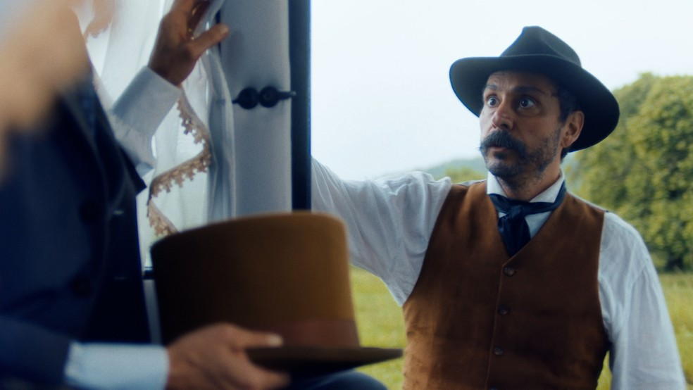 Tonico (Alexandre Nero) intercepta carruagem de Luísa (Mariana Ximenes) em 'Nos Tempos do Imperador' — Foto: Globo