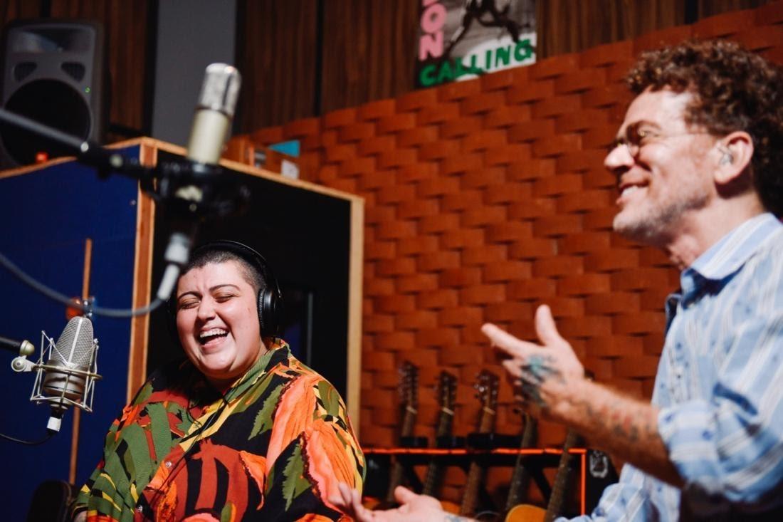 Nando Reis e Ana Vilela criam 'Laços' para celebrar profissionais de saúde