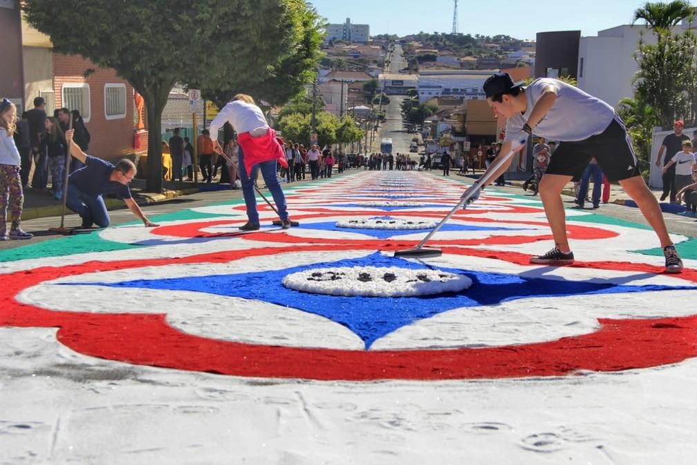 Cerca de mil pessoas ajudam a montar os tapetes de Corpus Christi de Matão (SP) (Foto: Fabio Rodrigues/G1)