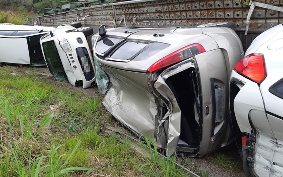 Carros transportados por cegonha que tombou no sul da Bahia ficaram danificados por conta do acidente — Foto: Site Radar 64