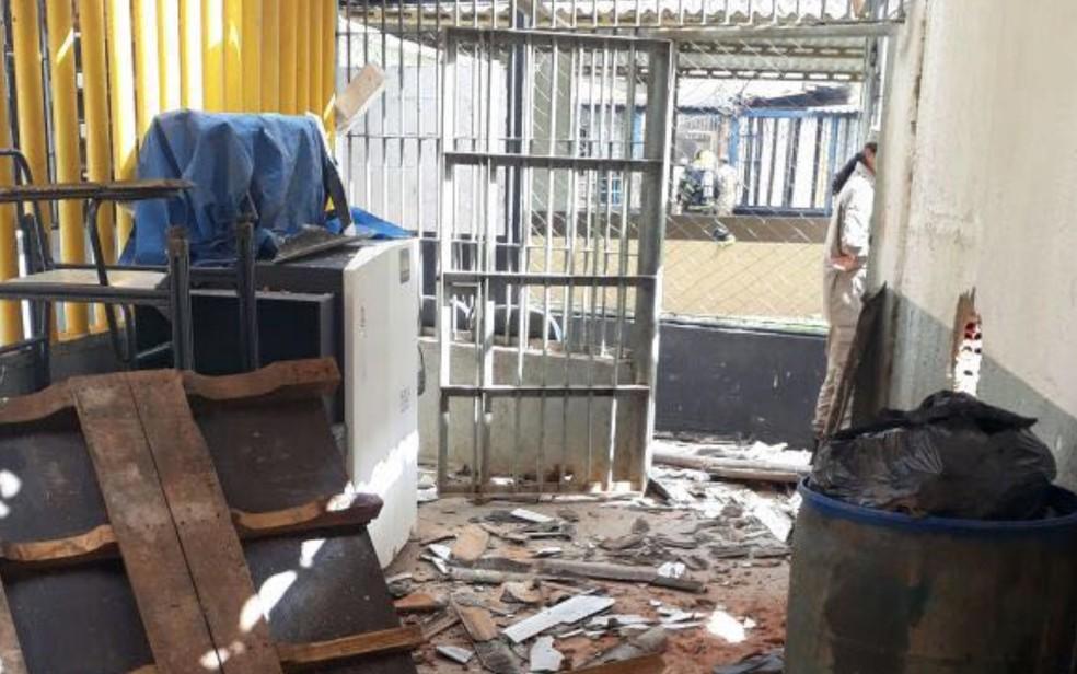 Rebelião em presídio deixa celas destruídas em Aparecida de Goiânia (Foto: Reprodução/TV Anhanguera)