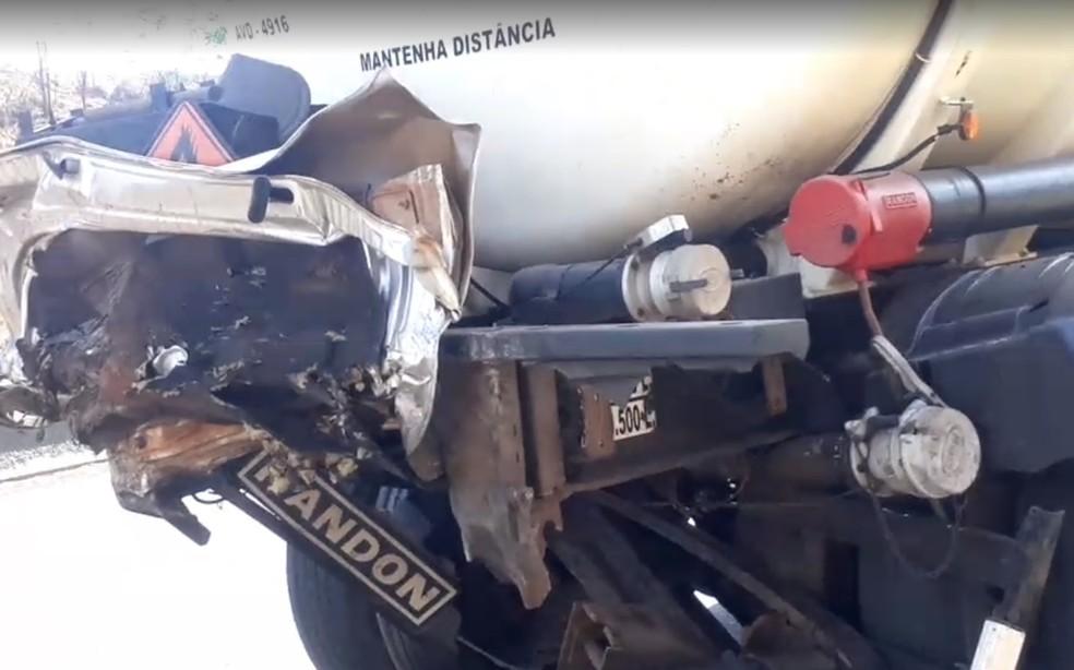 Peças do carro ficaram presas em caminhão-tanque depois de batida em Santa Cruz do Rio Pardo (SP) — Foto: Reprodução/Redes sociais