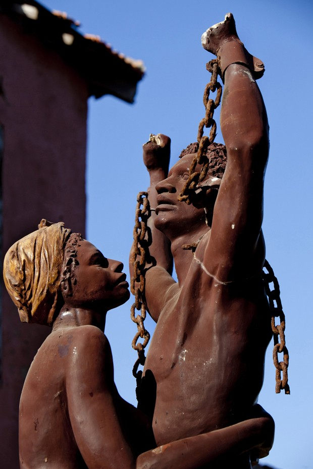 A statue celebrating the liberation of slaves near the House of Slaves, Goree island, Senegal. Gore is both the smallest and the least populated of the 19 communes d'arrondissement of Dakar. Gore is known as the location of the House of Slaves (Fr (Foto: Corbis via Getty Images)