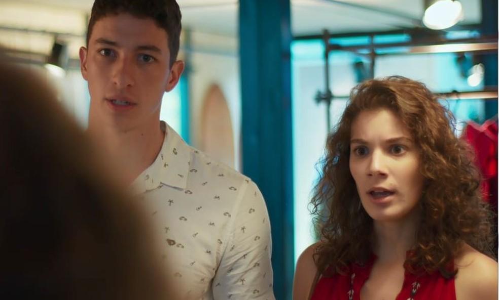 Meg (Giulia Bertoli) e Beto (John Buckley) se revoltam com plano de Tadeu em Malhação - Toda Forma de Amar — Foto: Globo