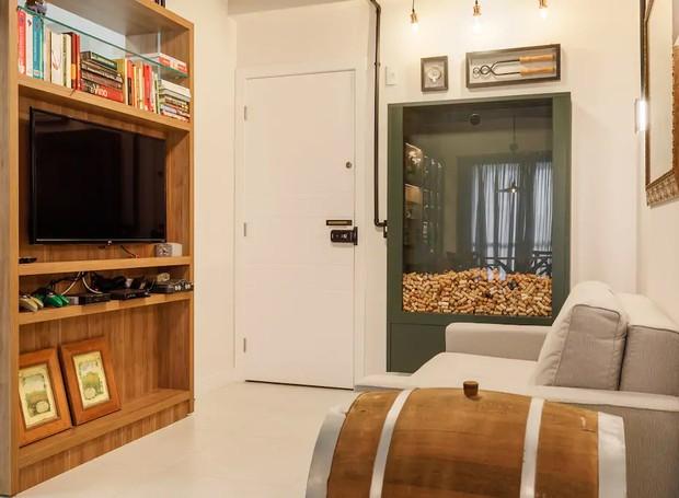 O grande painel verde recebe as visitas que são convidadas a depositar rolhas utilizadas na coleção armazenada (Foto: Airbnb/ Reprodução)